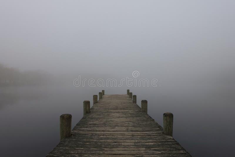 mgła nad jezioro zdjęcia royalty free