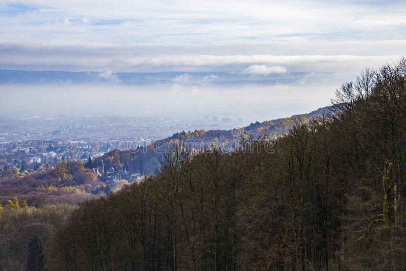 Mgła nad miastem i lasem fotografia royalty free