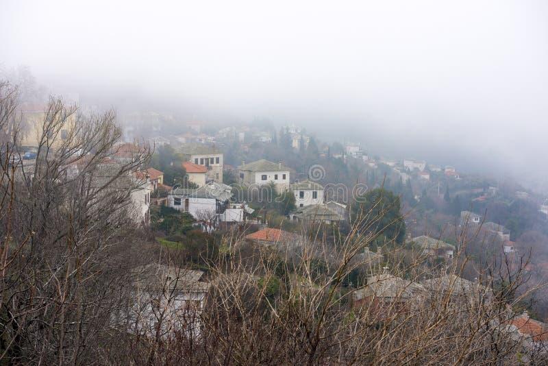 Mgła nad Milies wioska na halnym Pelion obrazy stock