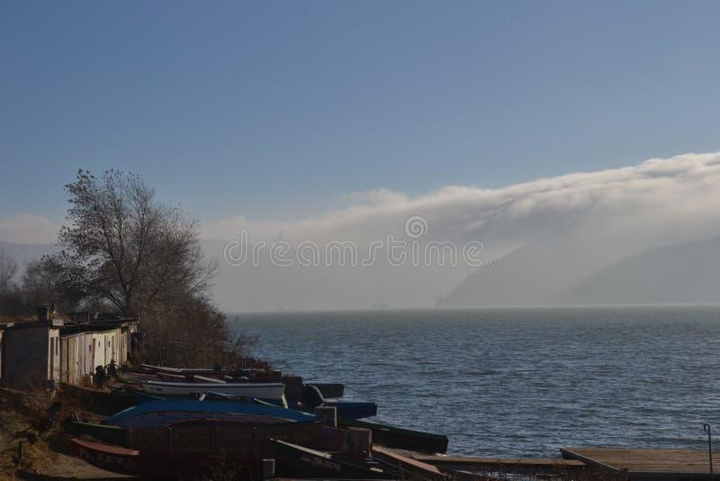 Mgła nad rzeczni wzgórza fotografia stock