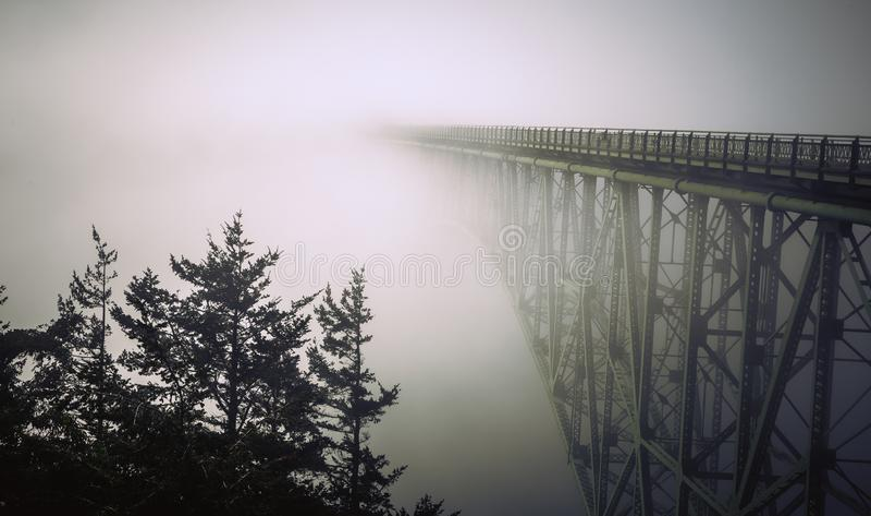 Mgła Odkrywa łudzenie przepustki most, Whidbey wyspa zdjęcia stock