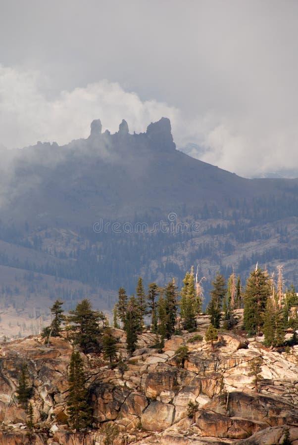 mgła szczyty górskie zdjęcia stock