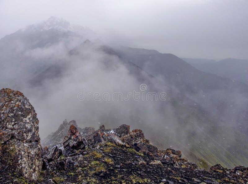 Mgła w górach, widoczni kamienie, odgórny widok góra obraz stock