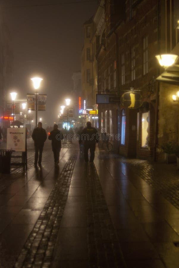 Mgła w mieście przy nocą zdjęcie stock