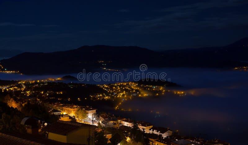 Mgła w nocy mieście obraz stock