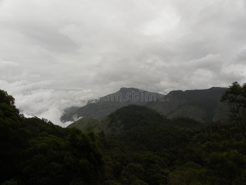 Mgła, mgła, zmrok chmurnieje zakrywających Palani wzgórza zachodni ghats obrazy stock
