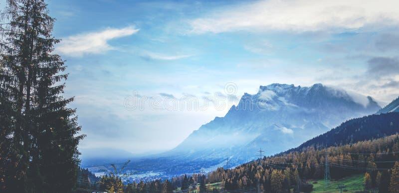 Mgławy spojrzenie przy Zugspitze zdjęcia stock