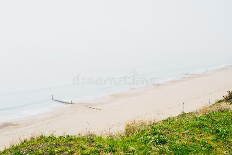 Mgławy widok denna mgła na Angielskiej plaży zdjęcia stock