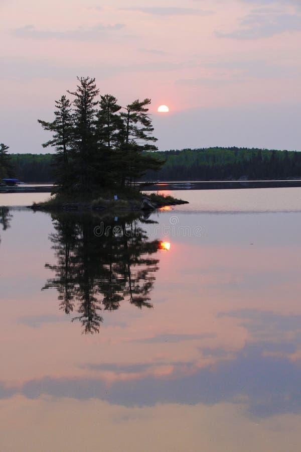 Mgławy wschód słońca nad jeziornym odbiciem fotografia stock