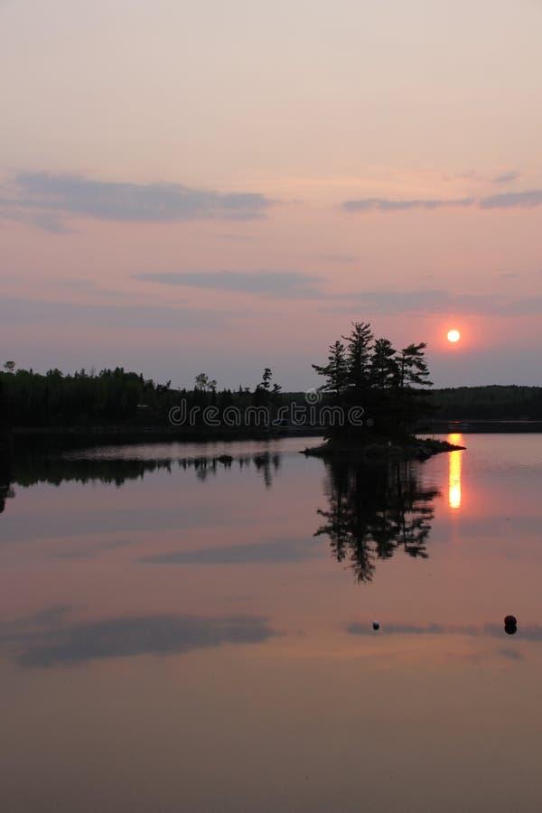 Mgławy wschód słońca nad jeziornym odbiciem zdjęcie stock