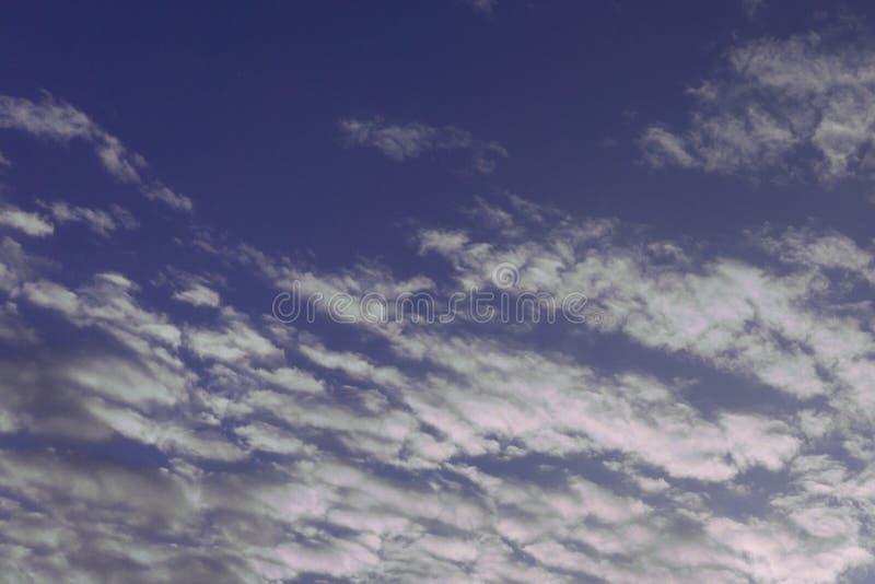 Mgławy zmierzch w Australijskim niebie nad ciemniącym morzem w wczesnej wiośnie dodaje rudość kolor niebo głąbik gdy wieczór zbli zdjęcia royalty free