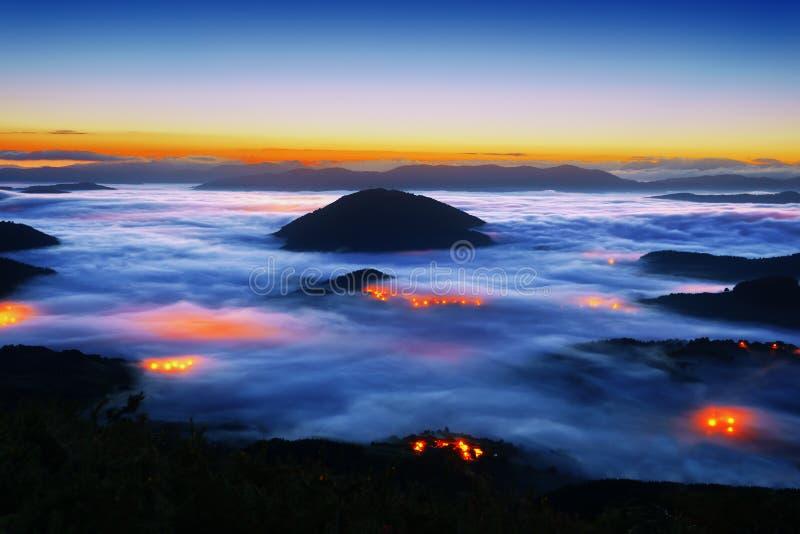 Mgłowa Aramaio dolina przy nocą z Muru szczytem obraz stock