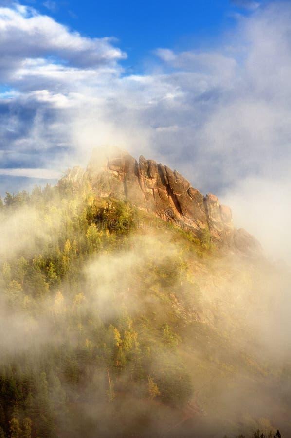 Mgłowa Takmak skała w Stolby natury sanktuarium podczas zmierzchu obraz stock