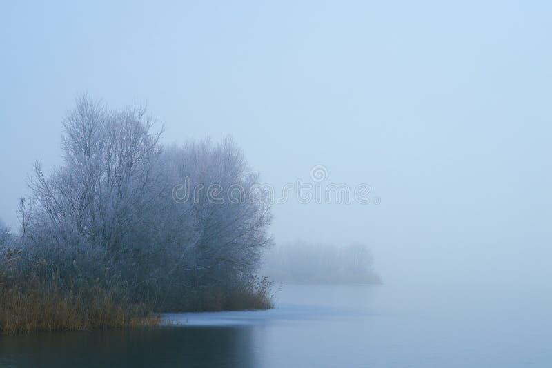 Mgłowa zima marznący jezioro obrazy royalty free