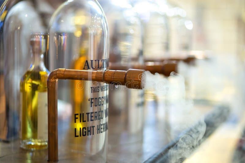Mgłowe filtruje maszyny Dewar scotch stojak na Barometrycznym zawody międzynarodowi baru przedstawieniu zdjęcie royalty free