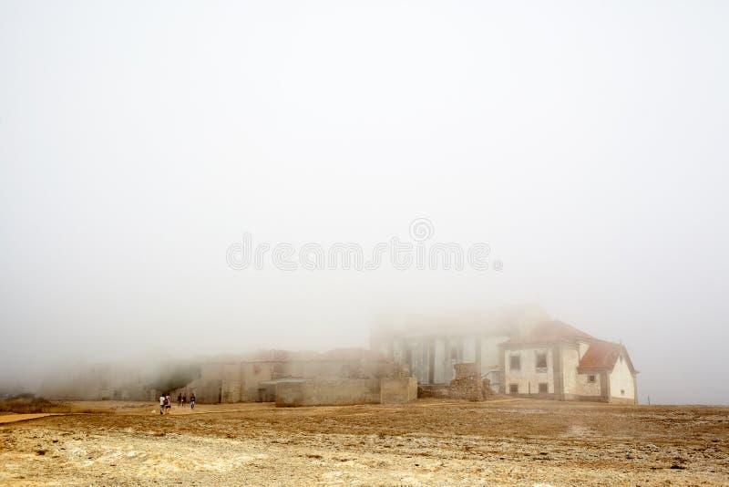 Mgłowy Cabo Espichel w Portugalia obraz stock