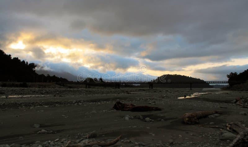 Mgłowy Franz Josef rzeczny Dolinny zmierzch fotografia royalty free