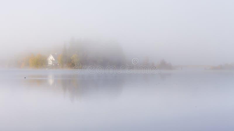 Mgłowy jesienny ranek jeziorem Naturalny wschodu słońca światło Trondheim teren w Norwegia obrazy royalty free