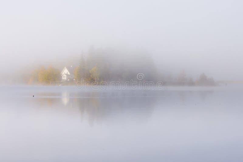 Mgłowy jesienny ranek jeziorem Naturalny wschodu słońca światło Trondheim teren w Norwegia obraz stock