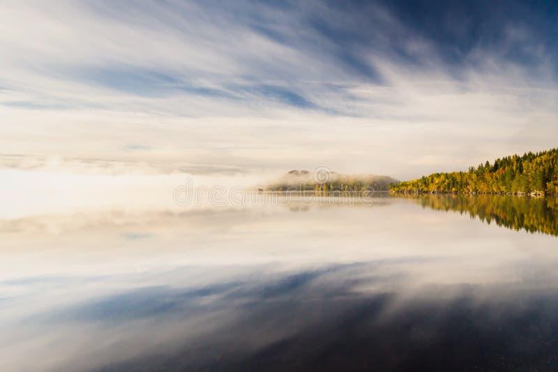 Mgłowy jesienny ranek jeziorem Naturalny wschodu słońca światło Trondheim teren w Norwegia obrazy stock