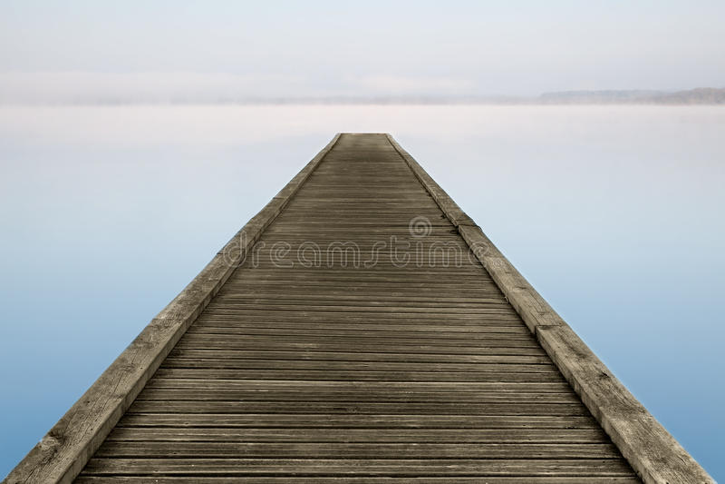 mgłowy jetty jeziora zen zdjęcie stock