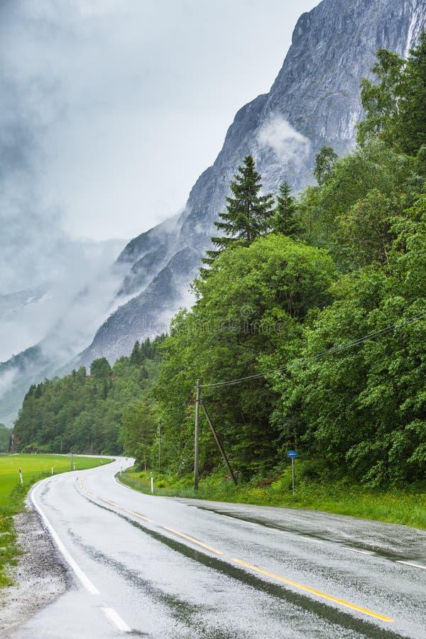 Mgłowy krajobraz z drogą w norweskich górach obraz royalty free