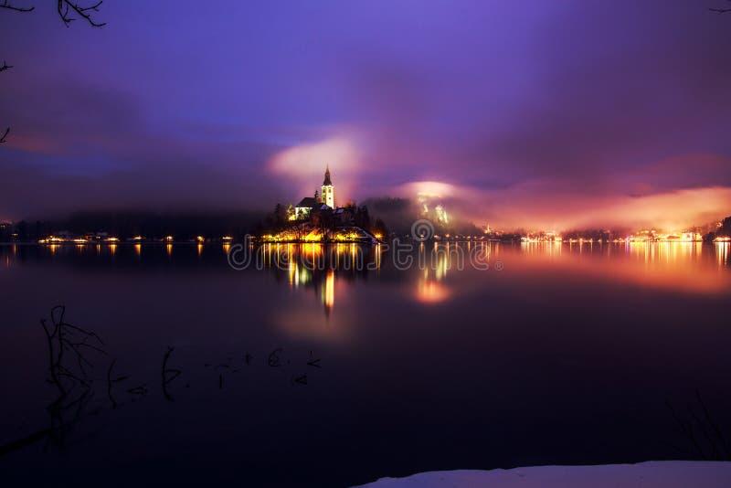 Download Mgłowy Półmrok W Krwawiącym Jeziorze Zdjęcie Stock - Obraz złożonej z faleza, natura: 53789296