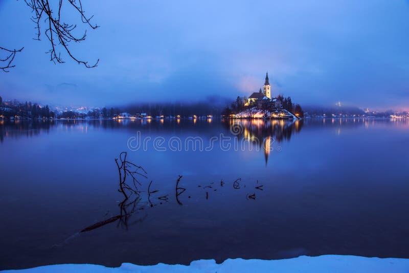Download Mgłowy Półmrok W Krwawiącym Jeziorze Zdjęcie Stock - Obraz złożonej z mgłowy, kultura: 53789320