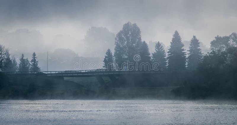 Mgłowy ranek na Sir John Macdonald Parkway także znać jako Ottawa rzeki Parkway zdjęcia stock