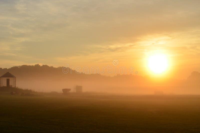 Mgłowy ranku wschód słońca nad spokojnym gospodarstwem rolnym zdjęcie stock