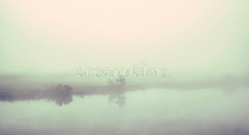 Mgłowy słoneczny dzień nad jeziorem zdjęcia stock