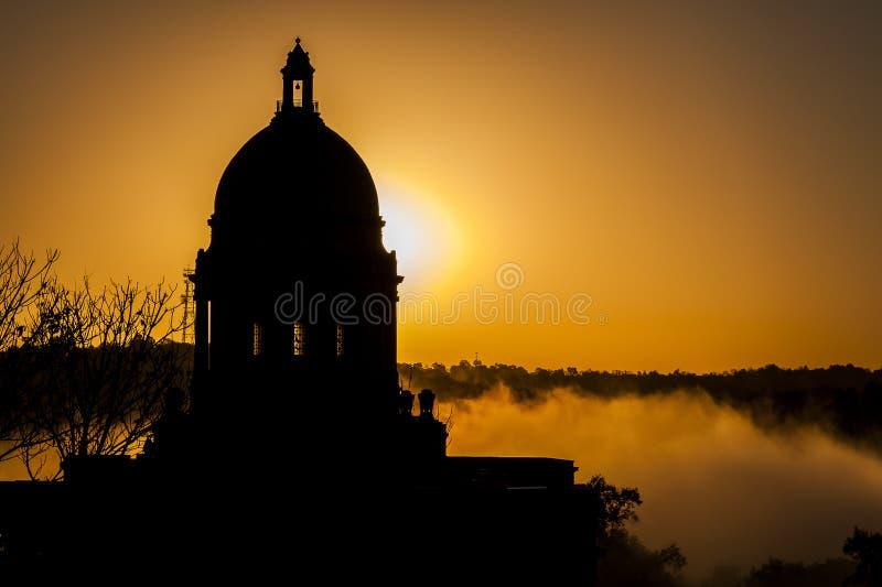 Mgłowy wschód słońca Frankfort, Kentucky - stanu Capitol - obraz royalty free