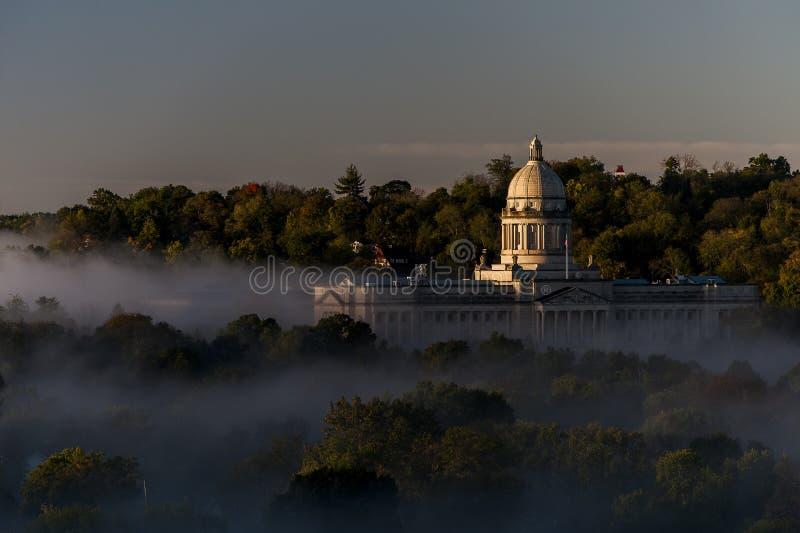 Mgłowy wschód słońca Frankfort, Kentucky - stanu Capitol - zdjęcia royalty free