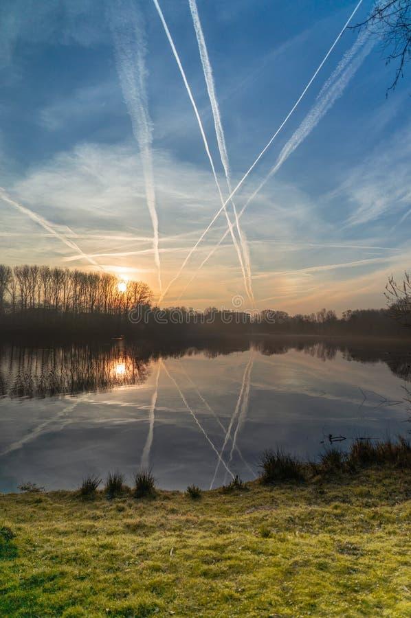 Mgłowy wschód słońca nad jeziorem obraz stock