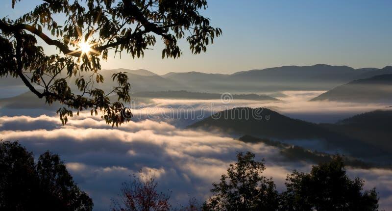 mgłowych wielkich gór dymiący wschód słońca obraz royalty free