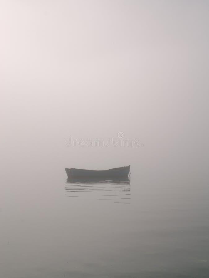 mgły łódź fotografia stock