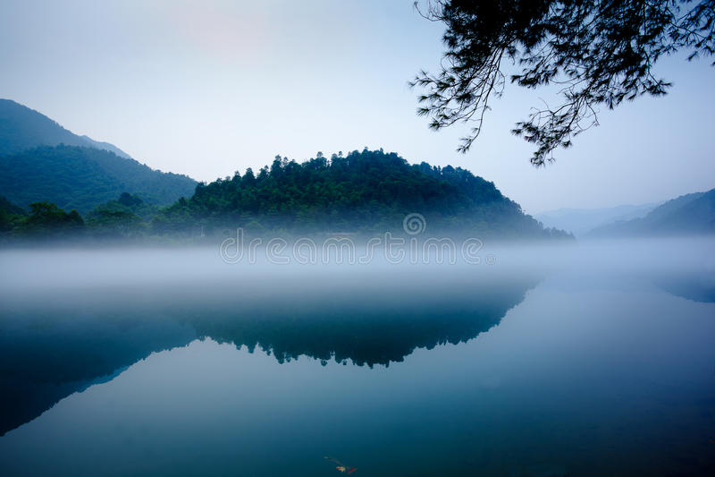 mgły jeziora góra obrazy royalty free