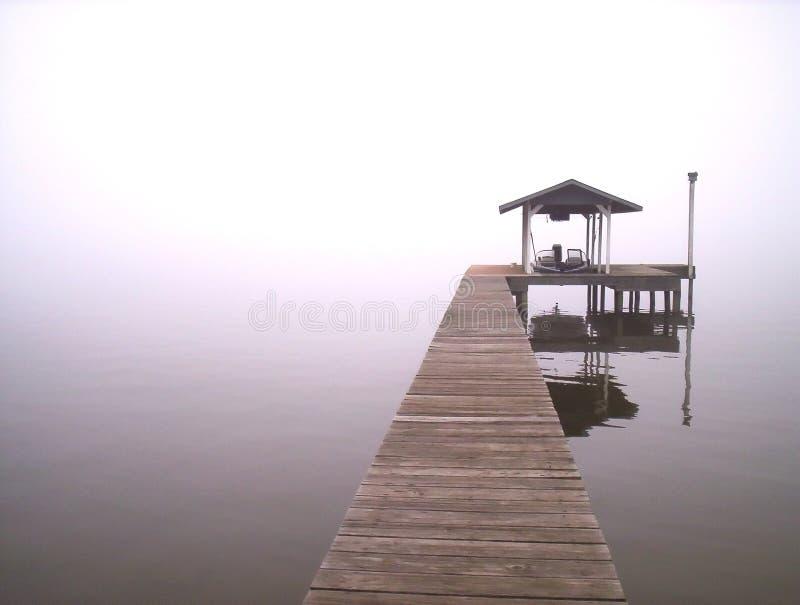 mgły nad jezioro obrazy royalty free