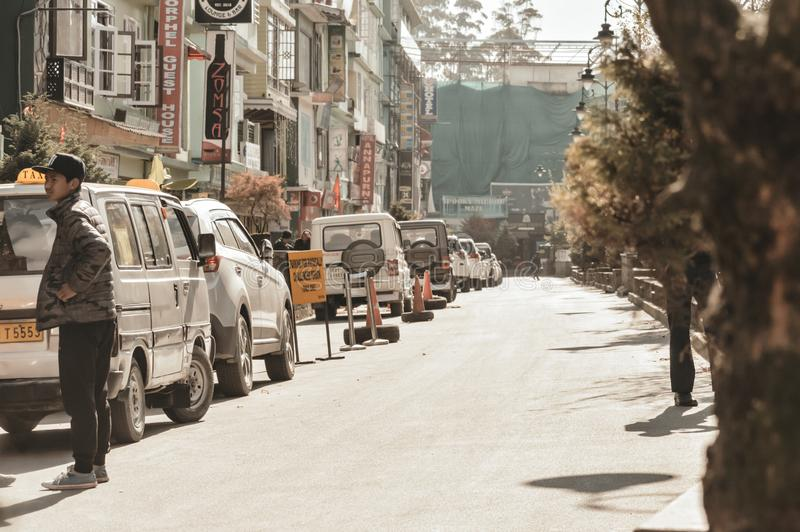 MG Drogowy Gangtok Sikkim India Grudzień, 26, 2018: Luksusowi samochody parkujący na ulicy stronie blisko bruku na betonowym park obraz stock