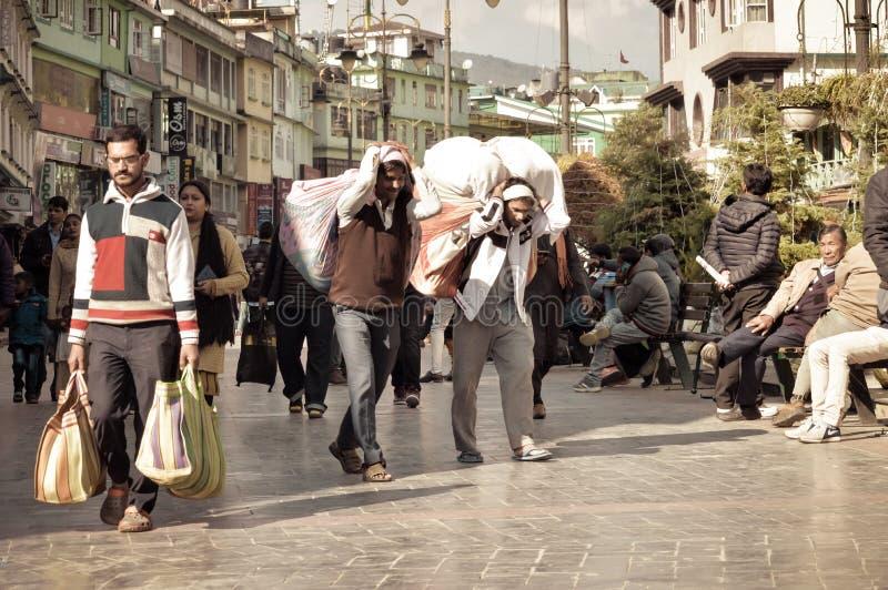 MG Marg Gangtok Sikkim India December, 26, 2018: Arbetefolk som går i den upptagna MG Marg gatan Selektivt fokusera royaltyfria foton