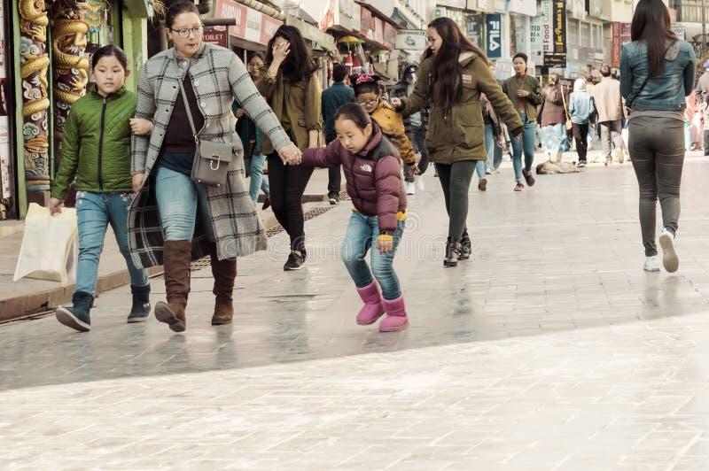 MG Marg Gangtok Sikkim India December, 26, 2018: Folket som att ta går på jul, semestrar i den upptagna MG Marg gatan arkivbilder