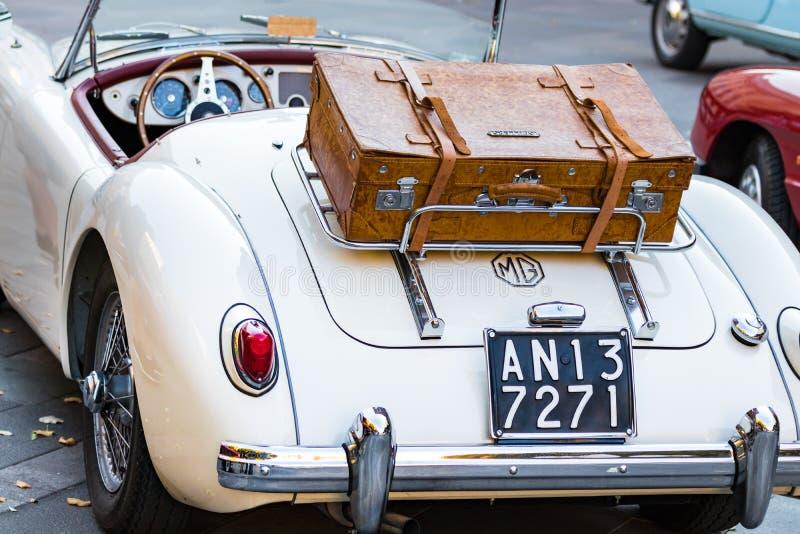 MG MGA 1960年- 61的背面图有皮革行李的葡萄酒汽车在葡萄酒汽车陈列在安科纳,意大利 库存照片