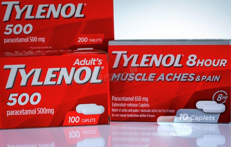 Mg Tylenol 500 и Tylenol caplets расширенн-отпуска 8 часов 650 в красной упаковке на предпосылке градиента Лекарство для боли сбр стоковые изображения