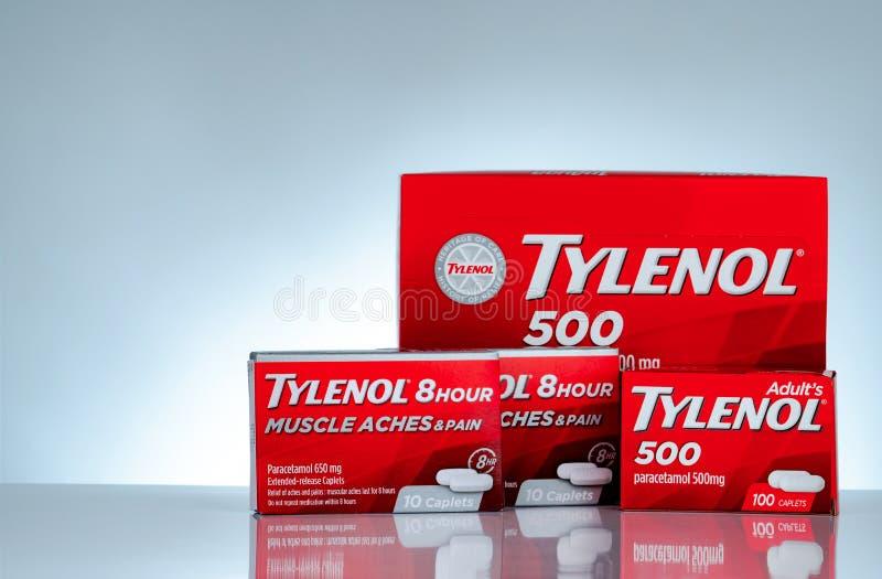 Mg Tylenol 500 и Tylenol caplets расширенн-отпуска 8 часов 650 в красной упаковке на предпосылке градиента Лекарство для боли сбр стоковое фото
