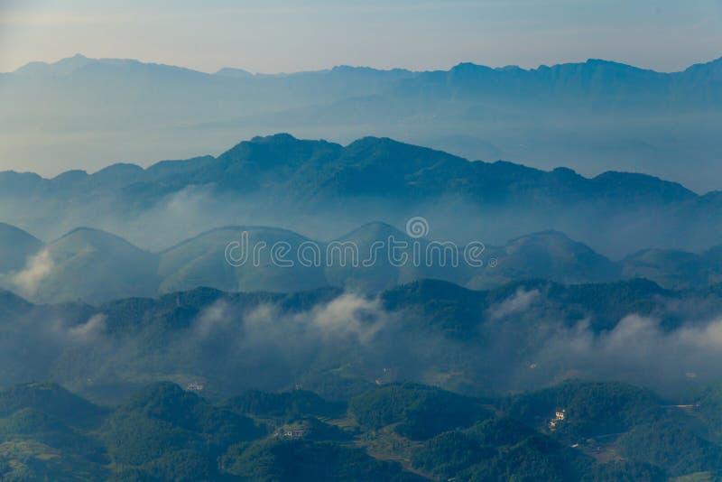 Mg?y i chmury doliny halny krajobraz, porcelana obrazy royalty free