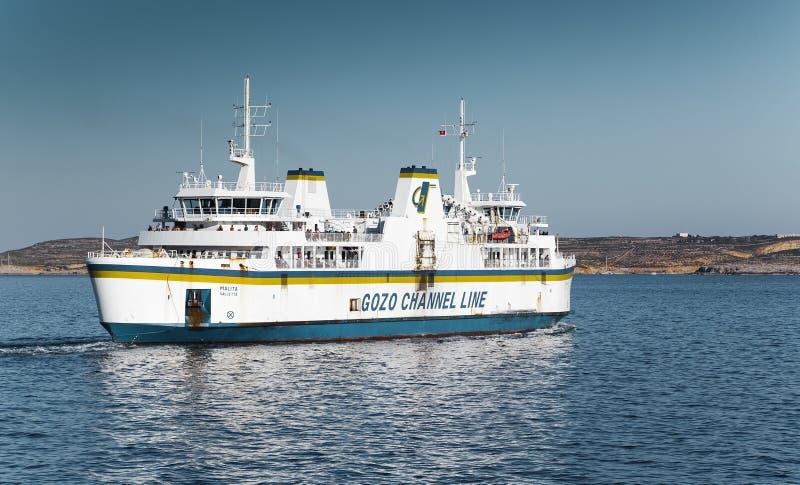 Mgarr, MALTA - 16 de abril: Ferry cruzes o canal de Gozo em Mgarr, Malta o 16 de abril de 2015 A linha do canal de Gozo opera a C fotografia de stock