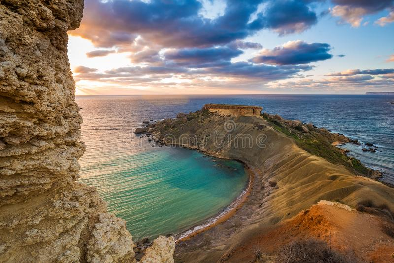 Mgarr, Malta - Panorama van Gnejna-baai, het mooiste strand in Malta bij zonsondergang stock foto's