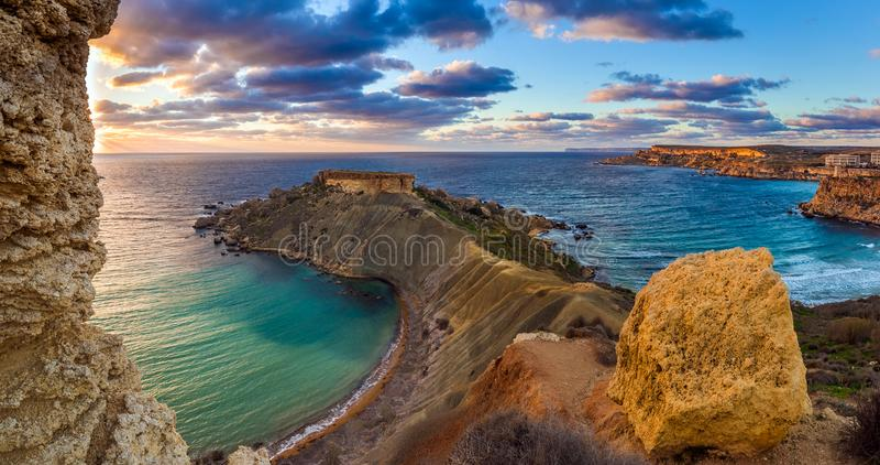 Mgarr, Malta - Panorama von Gnejna und Ghajn Tuffieha bellen, der schönste Strand zwei in Malta bei Sonnenuntergang stockfotografie