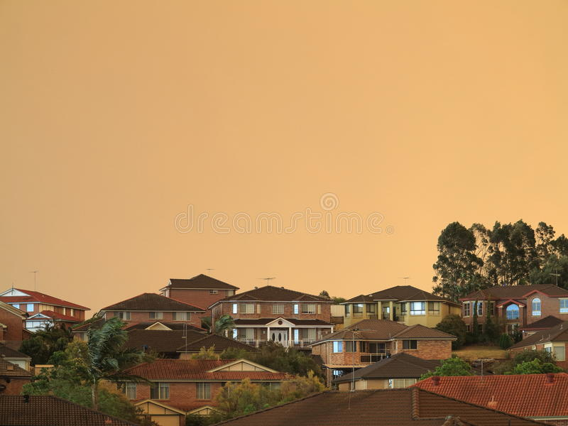 Mgiełka nad nowożytnym stwarza ognisko domowe bushfires zdjęcia royalty free