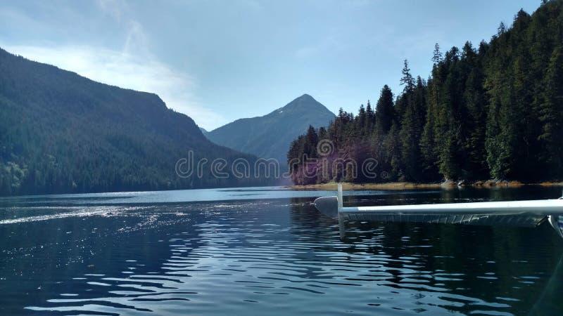 Mgliści Fjords w Ketchikan Alaska Tongass lesie państwowym Mountaind i lesie odbija w spokojnym szczytu górskiego jeziorze obraz royalty free